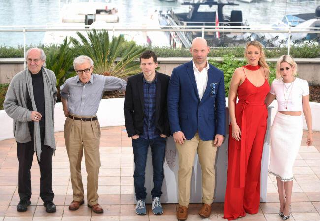 """Woody Allen entouré de l'équipe du film """"Café Society""""."""