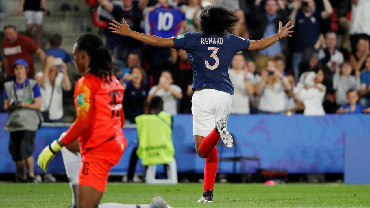 La defensa francesa Wendie Renard celebra su gol ante Nigeria en Rennes. 17 de junio de 2019.