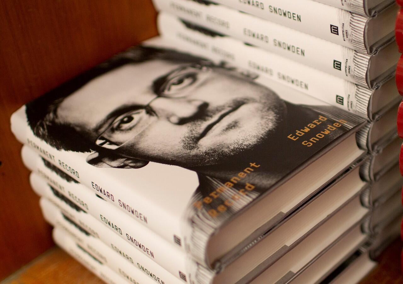 Varias copias del libro recientemente publicado por Edward Snowden sobre un estante de la Harvard Book Store en Cambridge, Massachusetts, Estados Unidos, el 17 de septiembre de 2019.