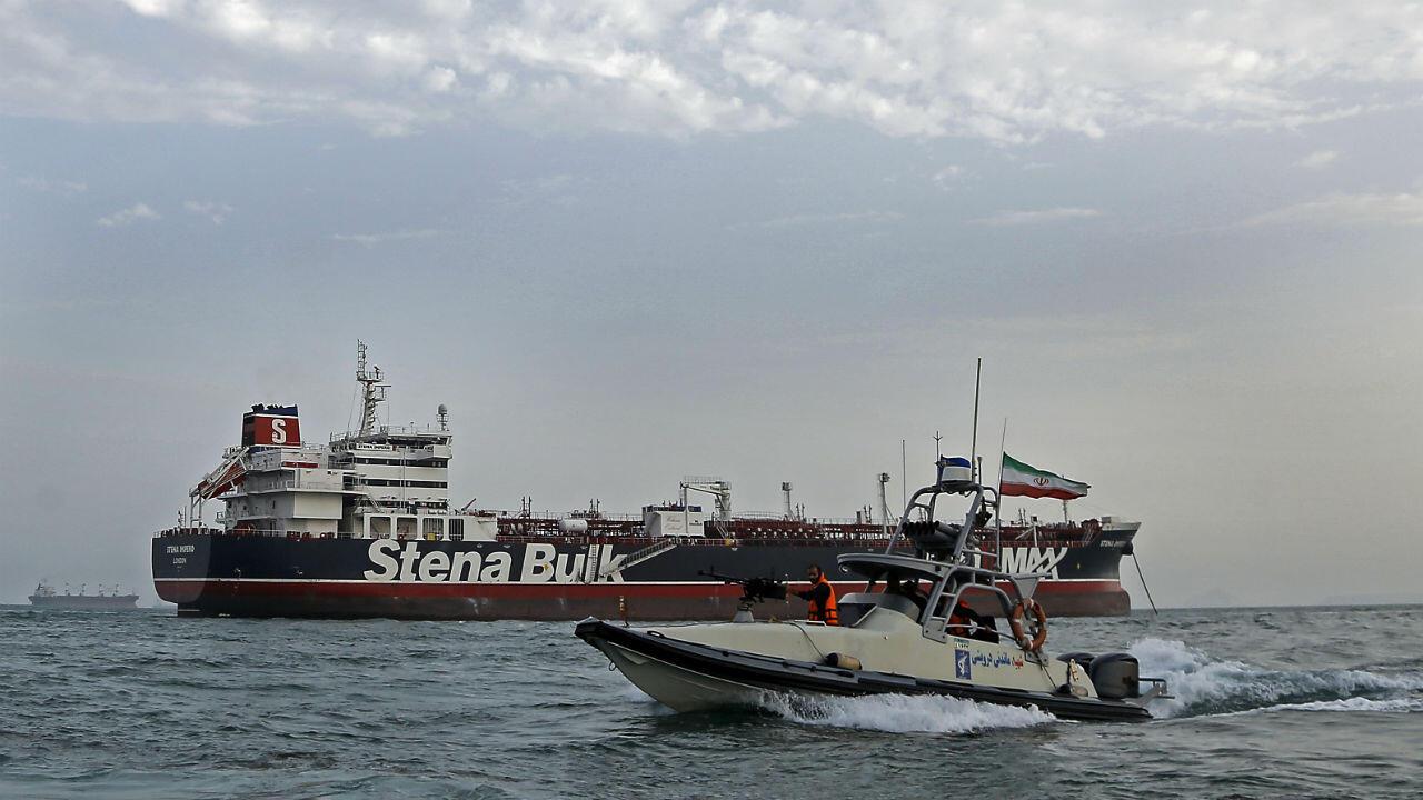 دوريات الحرس الثوري الإيراني حول ناقلة النفط البريطانية أثناء رسوها قبالة ميناء بندر عباس الإيراني، 21 يوليو/تموز 2019.