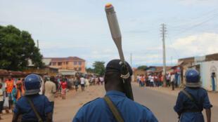 Patrouille de la police dans les rues de Bujumbura, le 26 avril.