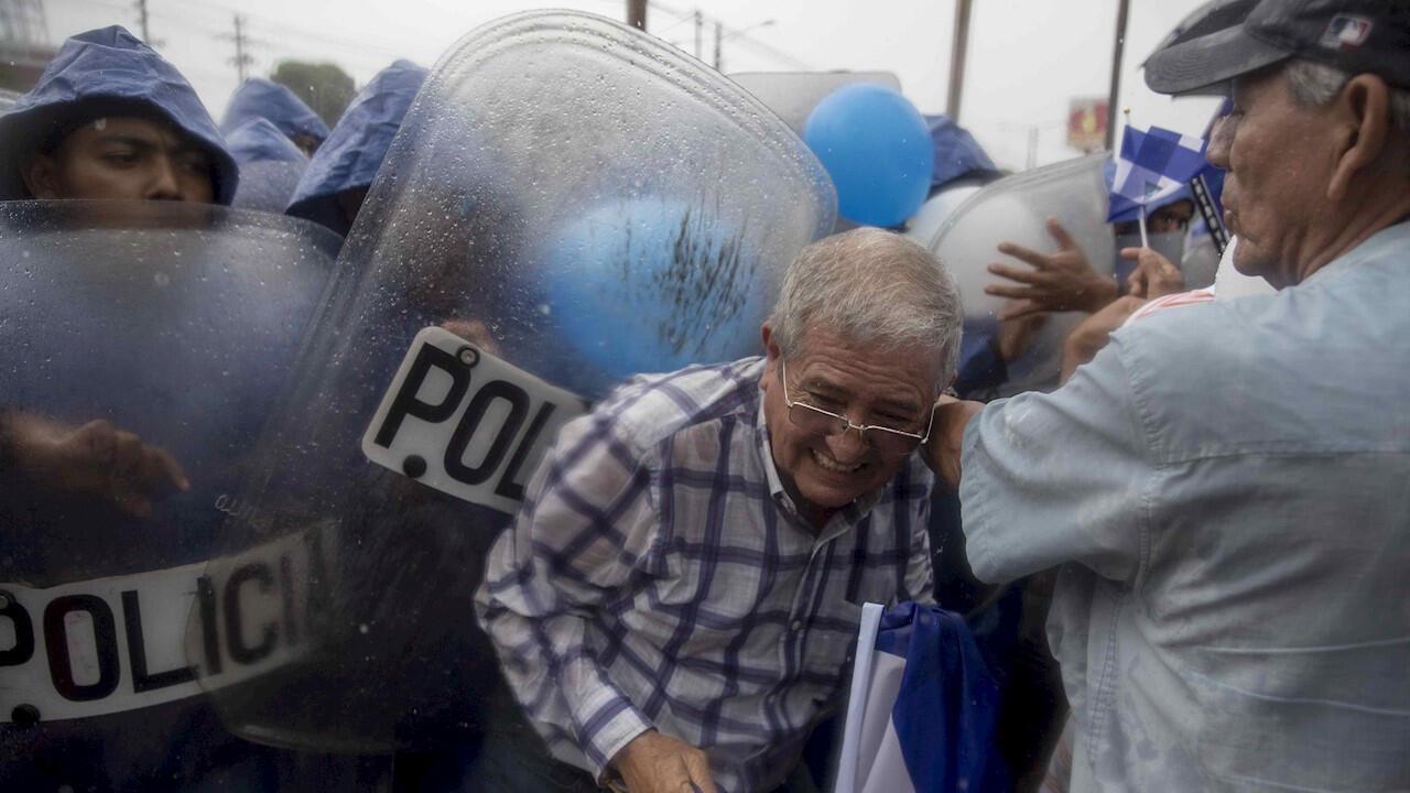 Un hombre de la tercera edad es empujado por agentes antidisturbios durante una protesta este sábado 21 de septiembre en honor a Matt Romero, el joven fallecido hace un año en medio de una protesta. Managua, Nicaragua