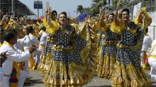 Decenas de bailarinas agitaron sus amplias faldas al son de la cumbia.
