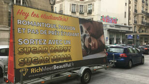 Le camion publicitaire vantant le site Rich Meet Beautiful dans les rues de Paris, en octobre 2017.