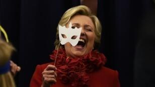 كلينتون على متن الطائرة المخصصة لحملتها الانتخابية، في أرلانغر بولاية كنتاكي الإثنين 31 تشرين الأول/اكتوبر 2016