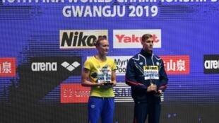 L'Américain Caeleb Dressel avec le trophée du meilleur nageur à Gwangju le 28 juillet 2019