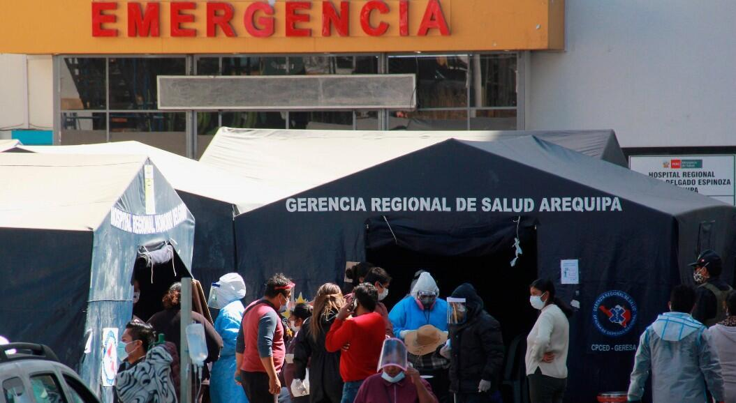 En Arequipa, convertida en el principal epicentro de la pandemia, en Perú, pacientes con síntomas de Covid-19 esperan todo el día fuera de las carpas para que los atiendan, en el Hospital Regional Honorio Delgado Espinoza, el 21 de julio de 2020.