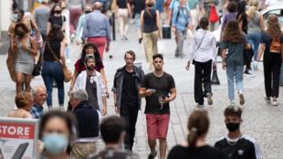 Des piétons sans masque de protection dans une rue de Nantes, le 17 juin 2021