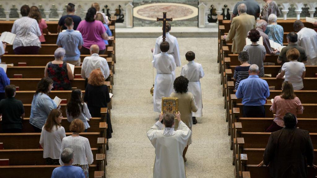 Los feligreses celebran una misa para celebrar la Asunción de la Santísima Virgen María en la Catedral de San Pablo, la iglesia madre de la diócesis de Pittsburgh el 15 de agosto de 2018 en Pittsburgh, Pensilvania.
