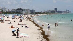 Vista general de una playa en South Beach a medida que estos lugares se vuelven a abrir con algunas restricciones para limitar la propagación del Covid-19, en Miami Beach, Florida, EE. UU., el 10 de junio de 2020.