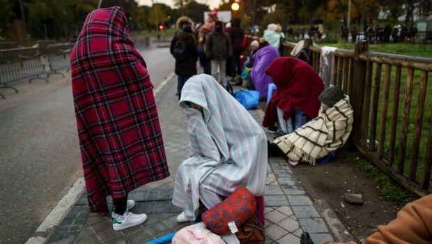 Decenas de migrantes la mayoría provenientes de Honduras y Venezuela, esperan en las calles españolas, una pronta respuesta a su solicitud de asilo en España.
