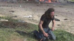 المصور الصحفي السوري عبد القادر حباك منهار بعد التفجير الانتحاري الذي استهدف حافلات إجلاء غرب حلب السبت الماضي