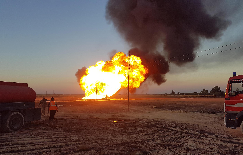 Des pompiers syriens luttent contre l'incendie d'un gazoduc entre les régions d'Adra et d'Al-Dhamir, près de Damas, le 24 août 2020.