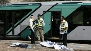 محققون في موقع الهجوم على حافلة في القدس الشرقية في 13 تشرين الأول/أكتوبر 2015