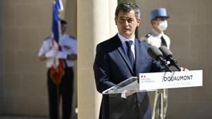وزير الداخلية الفرنسي جيرالد دارمانان ببلدة دوومون الفرنسية في 29 يوليو/تموز 2020.