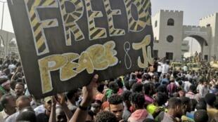 متظاهرون سودانيون أمام مقر قيادة الجيش في الخرطوم في 11 نيسان/أبريل 2019