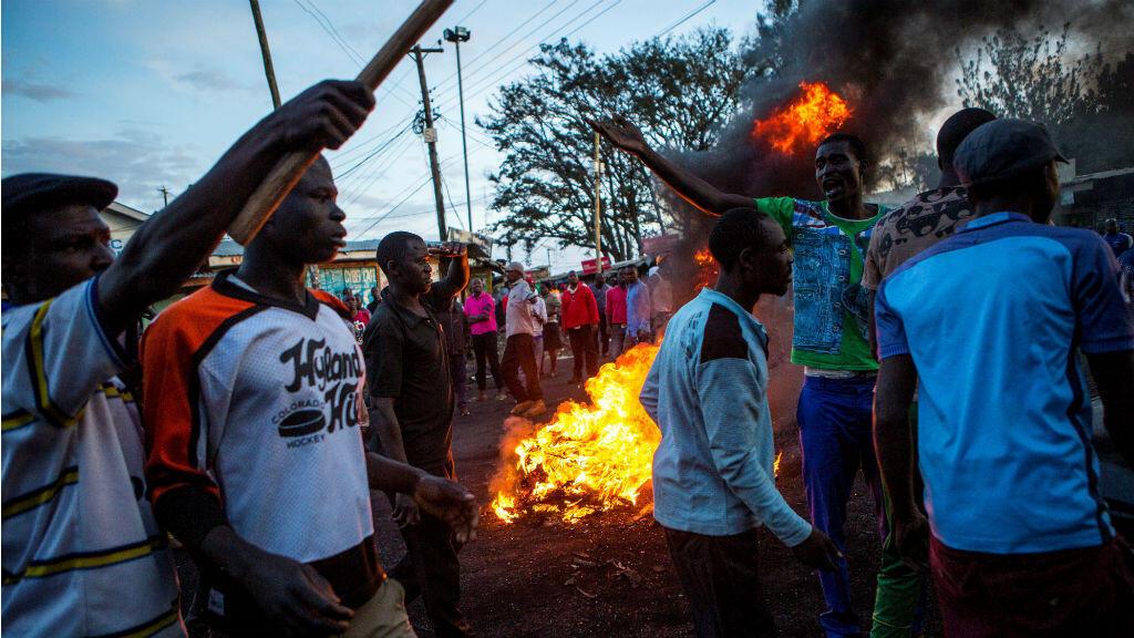 Des partisans de l'opposition manifestent à Kibera après l'annonce de la victoire de Uhuru Kenyatta à la présidentielle, lundi 30 octobre.