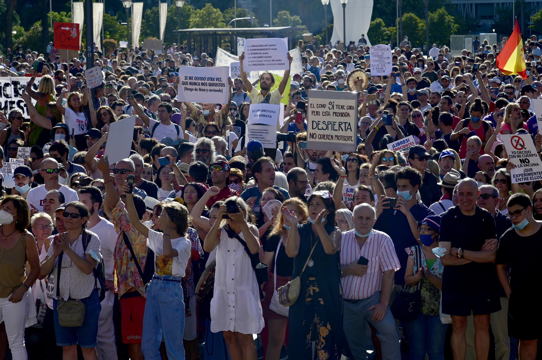 Une manifestation contre le port du masque obligatoire, le 16 août 2020, sur la place Colon, à Madrid.