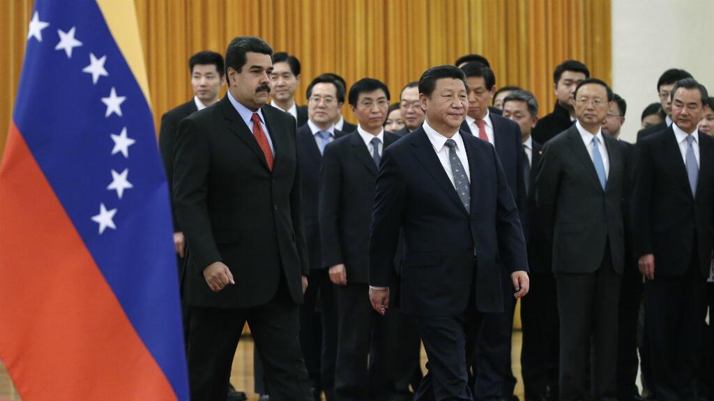 Foto de archivo del presidente de Venezuela, Nicolás Maduro camina con el presidente chino Xi Jinping cuando llegan para una ceremonia de bienvenida en el Gran Salón del Pueblo en Beijing, el 7 de enero de 2015.