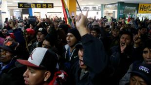 Partidarios del presidente de Bolivia, Evo Morales, protestan contra Luis Fernando Camacho, líder opositor y presidente del Comité Cívico de Santa Cruz, en el aeropuerto de El Alto, a las afueras de La Paz, Bolivia, el 5 de noviembre de 2019.