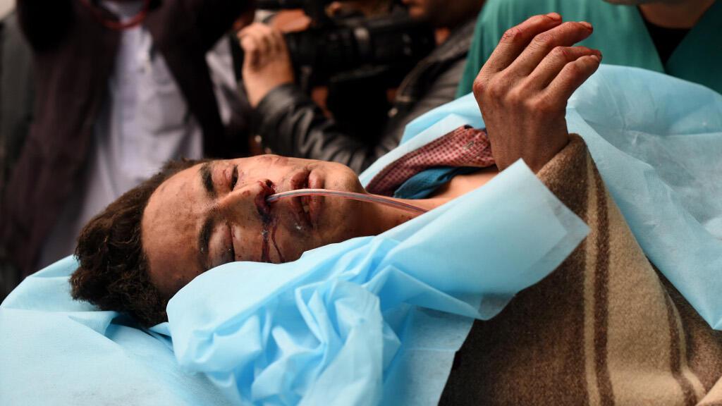 Un homme blessé dans l'attentat contre la mosquée chiite de Baqirul Olum, à Kaboul, le 21 novembre 2016.
