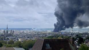 Une épaisse fumée noire s'est envolée dans le ciel de Rouen, le 26 septembre 2019, pendant l'incendie de l'usine Lubrizol.