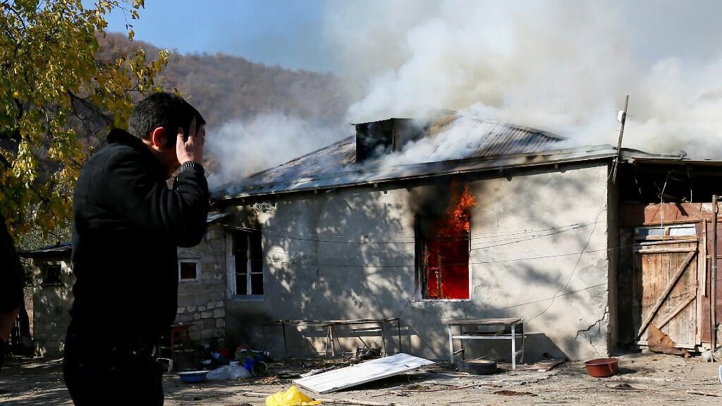 Un residente armenio quema su casa antes de abandonar la aldea, días antes de la llegada de las tropas azerbaiyanas.