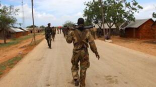 Des forces de sécurité somaliennes dans la ville de Jubbabaland effectuent des contrôles, le 17 août 2015.