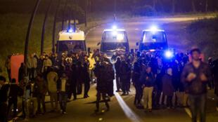 Les gendarmes français ont évacué des migrants hors du site d'Eurotunnel, le 31 juillet 2015.