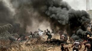 L'armée israélienne repousse les manifestants avec des balles réelles et des gaz lacrymogènes le lundi 14 mai 2018.