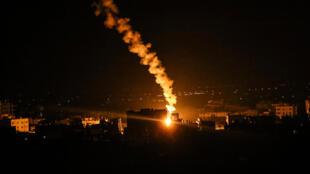 قنابل مضيئة أطلقها الجيش الإسرائيلي في رفح بقطاع غزة في 16 أيار/مايو 2021