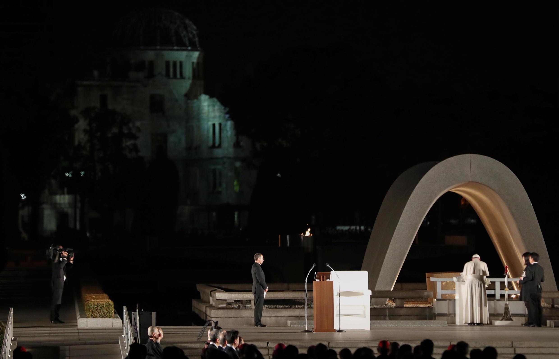 El Papa Francisco deposita flores en el memorial de Hiroshima, Japón, el 24 de noviembre de 2019.