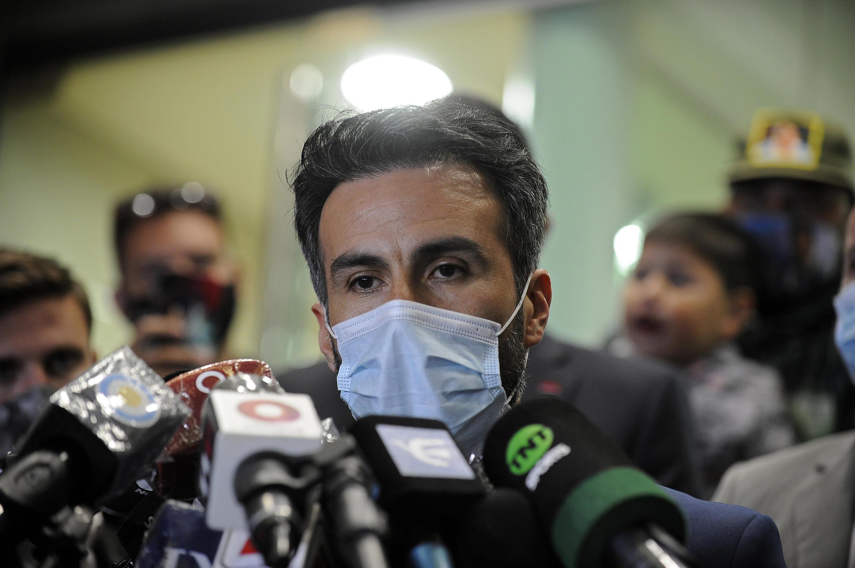 (ARCHIVO) El neurocirujano Leopoldo Luque, actualmente acusado del homicidio de Diego Maradona, declara a los medios el 10 de noviembre de 2020, fuera de la clínica donde el astro del fútbol fue operado de un hematoma en la cabeza, en Olivos, provincia de Buenos Aires