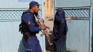 Une femme afghane arrive dans un bureau de vote pour voter lors des élections législatives de Kaboul, en Afghanistan, le 20 octobre 2018.