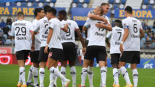 لاعبو ليل يحتفلون بالتسجيل ضد ستراسبورغ خلال مباراة في الدوري الفرنسي لكرة القدم، ستراسبورغ في 4 تشرين الاول/اكتوبر 2020