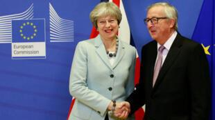 La primera ministra británica Theresa May fue recibida en Bruselas por el presidente de la Comisión Europea, Jean-Claude Juncker, donde sostuvieron una reunión en la cual pactaron los puntos sobre la salida del Reino Unido de la Unión Europea.