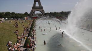 En plein épisode caniculaire, Parisiens et touristes se sont rassemblés en masse pour se rafraîchir dans la fontaine du Trocadéro à Paris, le 28 juin 2019.