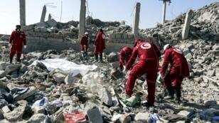 Une équipe de la Croix-Rouge recherche d'éventuels survivants sous les décombres du centre de détention frappé par la coalition au Yémen, le 1er septembre 2019.
