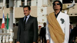 Nicolas Sarkozy y Muamar al Gadafi en Tripoli el 25 de julio de 2007