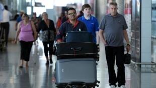 Des touristes arrivent à l'aéroport d'Enfidha, en Tunisie, le 10 juillet 2015.
