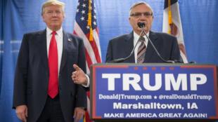 Joe Arpaio aux côtés de Donald trump lors d'un meeting fin janvier 2016 durant la campagne présidentielle.