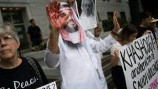 رجل يرتدي قناعا لصورة ولي العهد السعودي ويديه ملطخة بالدماء خلال تظاهرة أمام السفارة السعودية بواشنطن احتجاجا على اختفاء خاشقجي 8 أكتوبر 2018