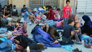 Des migrants dorment non loin de la gare de Keleti, à Budapest, le 1er septembre 2015.