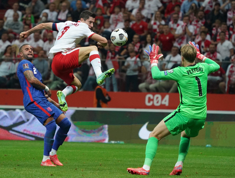 Polski napastnik Robert Lewandowski próbuje pokonać bramkarza Anglii Jordana Pickforda na Mistrzostwach Świata 2022 w Warszawie, 8 września 2021 roku.