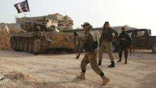 Los miembros del Frente Al Nusra de Al Qaeda llevan sus armas mientras avanzan hacia sus posiciones durante una ofensiva para tomar el control de la ciudad de Ariha de las fuerzas leales al presidente de Siria, Bashar al Asad.