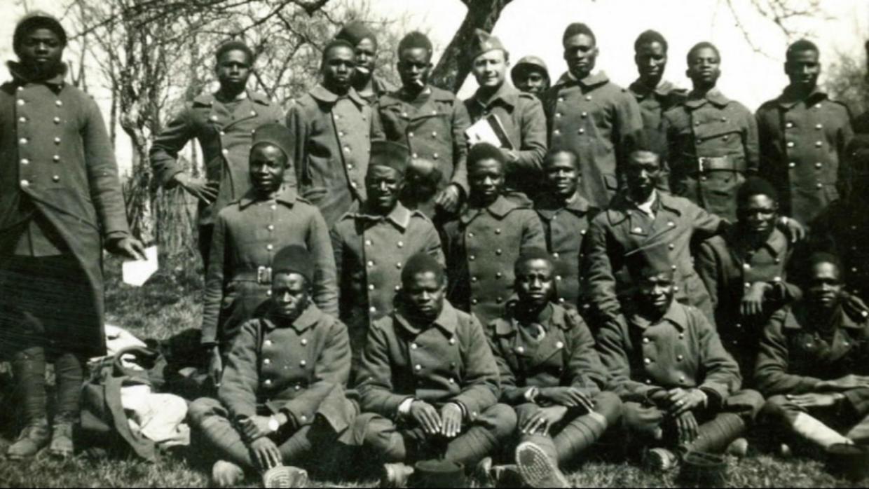 En 1944, el Ejército francés abrió fuego contra soldados senegaleses que reclamaban el pago de sus pensiones después de luchar en nombre de Francia durante la Primera Guerra Mundial.