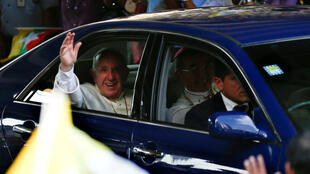 El papa Francisco a su llegada a Myanmar, en donde decenas de feligreses lo esperaron a las fueras del aeropuerto de Yangón.