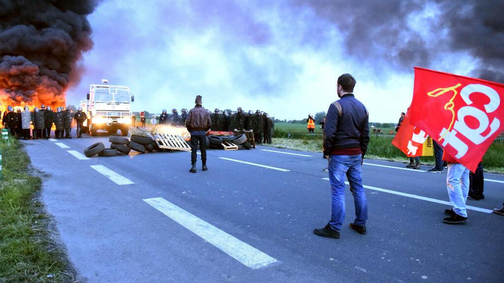 رجال أمن يستعدون لفك حصار المضربين عن  مصفاة تكرير نفط في فرنسا 25 مايو 2016
