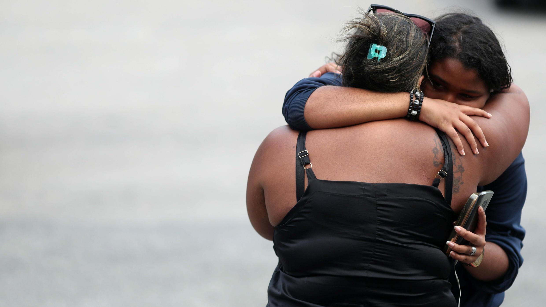 Luciana Nogueira, viuda de Evaldo Rosa dos Santos, reacciona con su hija en el Instituto de Ciencias Forenses, luego de reconocer el cuerpo de su esposo, quien fue asesinado durante una operación militar en Río de Janeiro, Brasil , el 8 de abril de 2019.