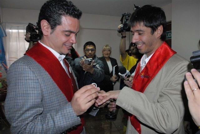 Momento del intercambio de anillos durante el matrimonio entre José María Di Bello (izq.) y Alex Freyre (der.), en Ushuaia, Argentina. Diciembre de 2009.